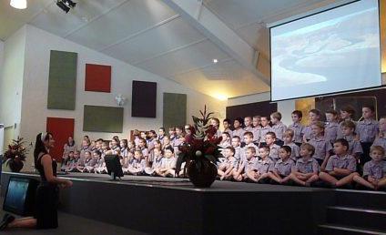 Hier zongen we voor onze ouders aan het einde van term 1 (bij de certificate uitreiking).