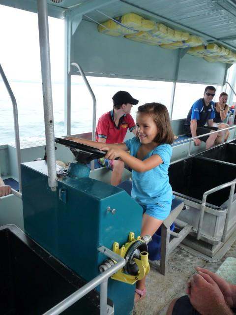 Een boot met glazen bodem in de Great Barrier Reef.